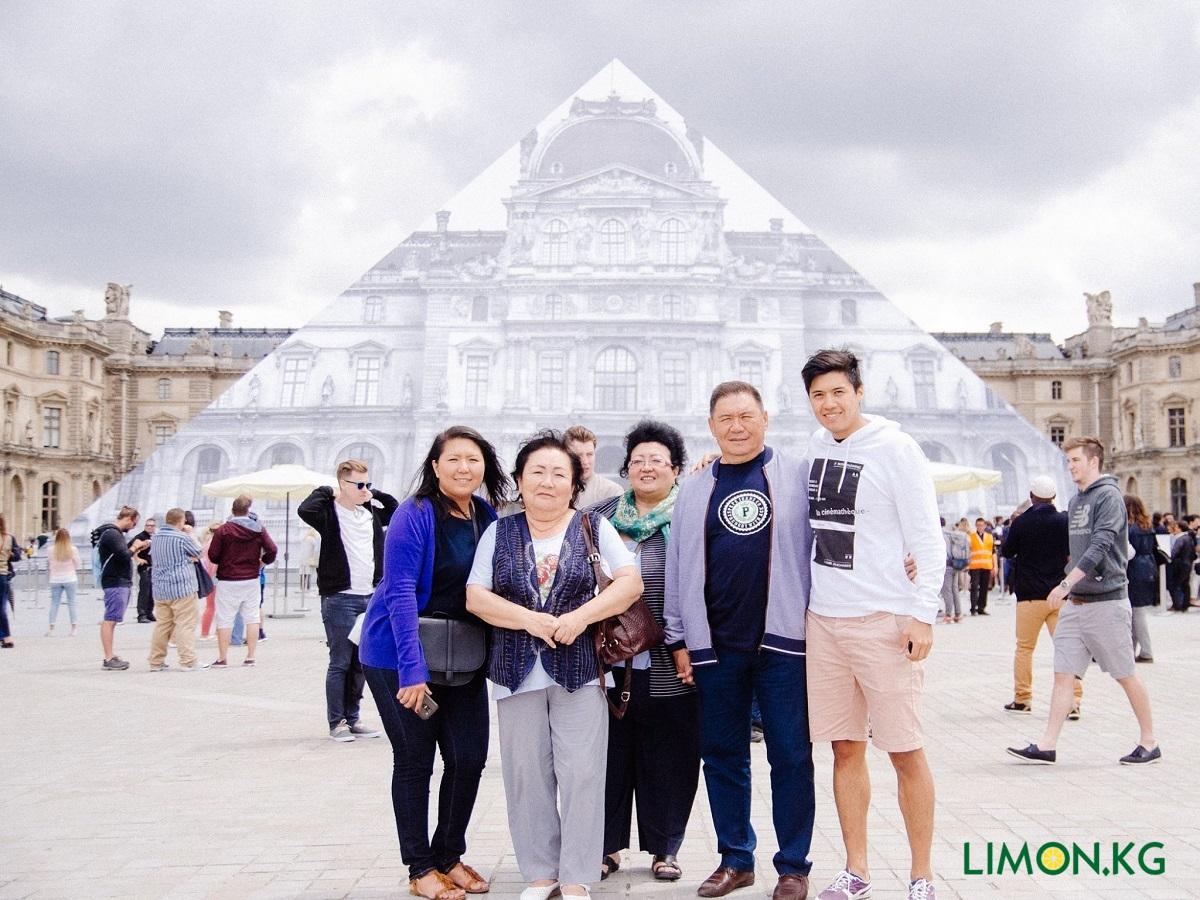 Parij s roditelyami, sestroi, i tetei