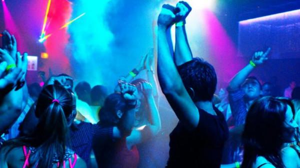 парни в ночном клубе